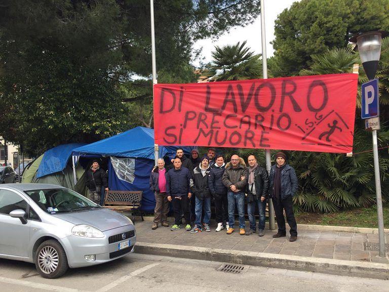 """Pescara, gli ex interinali attiva: """"Restiamo qui, Pasqua in tenda"""""""