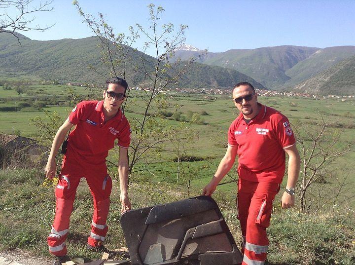 Capistrello, rimossa carcassa Fiat 600 sul Monte Salviano: era lì da 20 anni (FOTO)