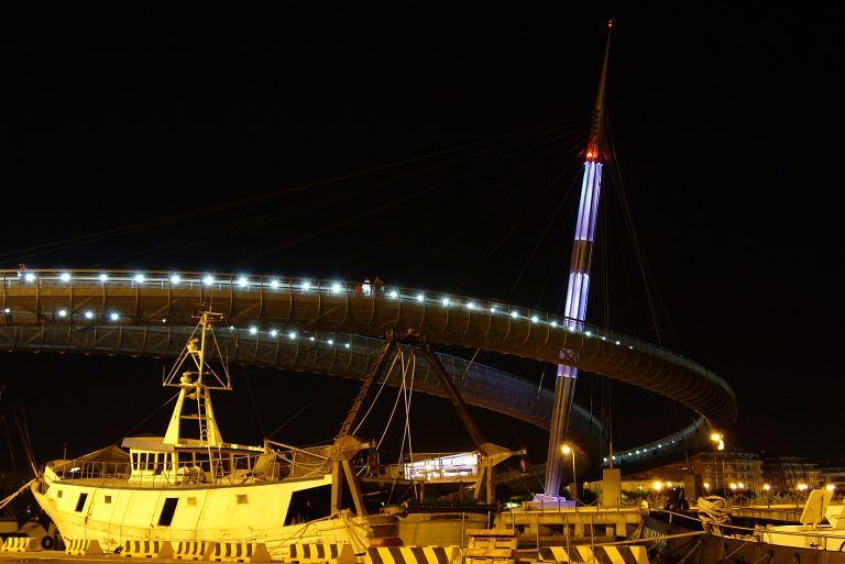 Pescara, ragazza vola giù dal ponte del mare e muore