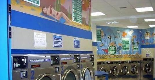 Silvi, cambiano soldi falsi con quelli veri in una lavanderia automatica