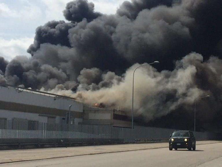 Ancarano, incendio Italpannelli: stabili condizioni del vigile, attesa per analisi del suolo