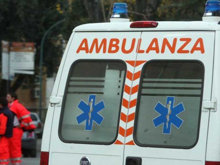 Sant'Omero, 15enne si lancia dal balcone di casa: grave in ospedale
