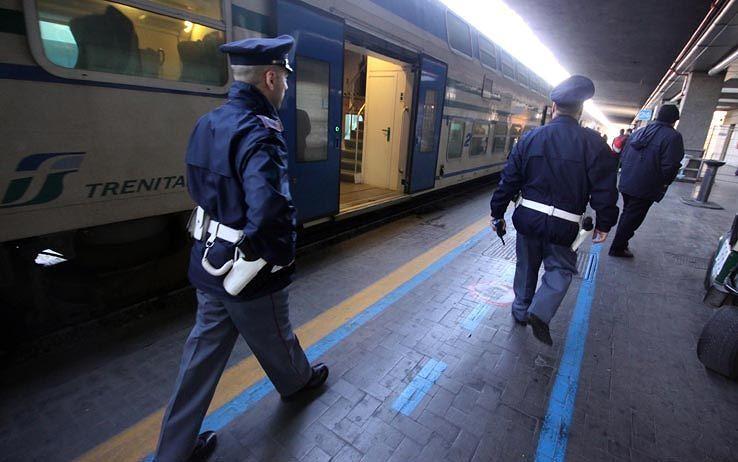 Pescara, ubriaco sul treno: morde e strangola gli agenti della Polfer