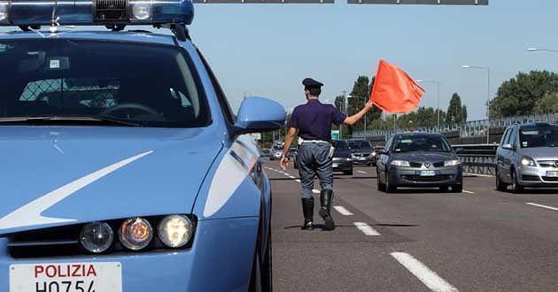 Pescara, corre a piedi sull'asse attrezzato e si lancia sull'auto in corsa