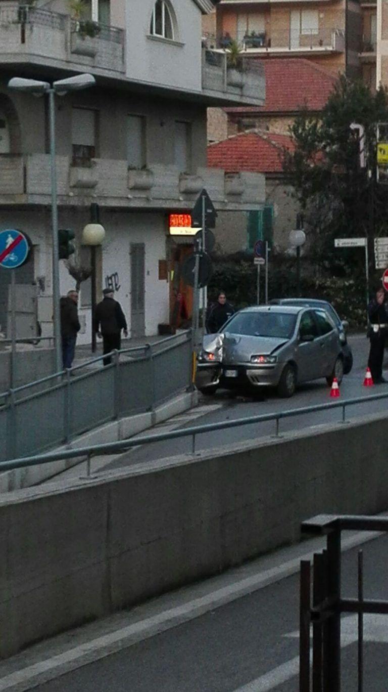 Tortoreto, auto finisce contro il sottopasso di via Trieste FOTO