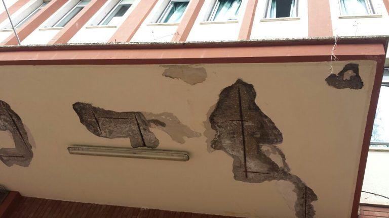 Roseto, scuola D'Annunzio con infiltrazioni e pensilina con ferri a vista e caduta calcinacci