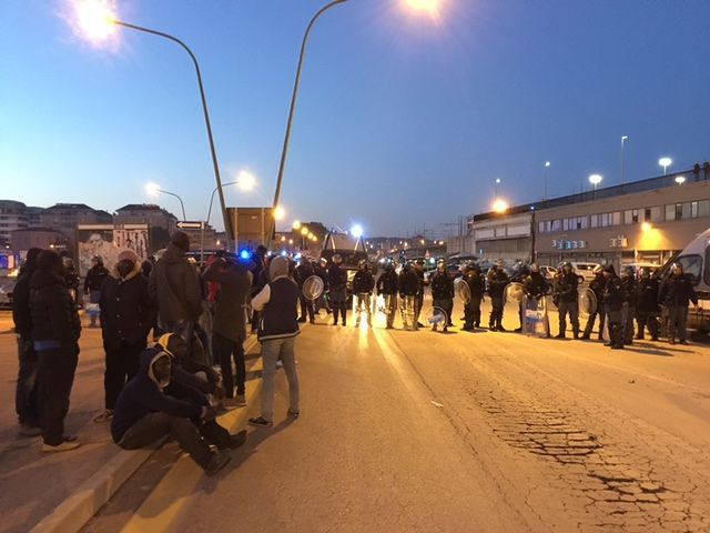 Pescara, in corso dall'alba lo sgombero del mercato etnico FOTO-VIDEO