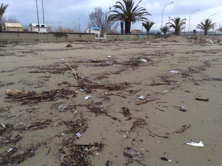 Cologna, spiaggia ricoperta dai rifiuti di Coste Lanciano