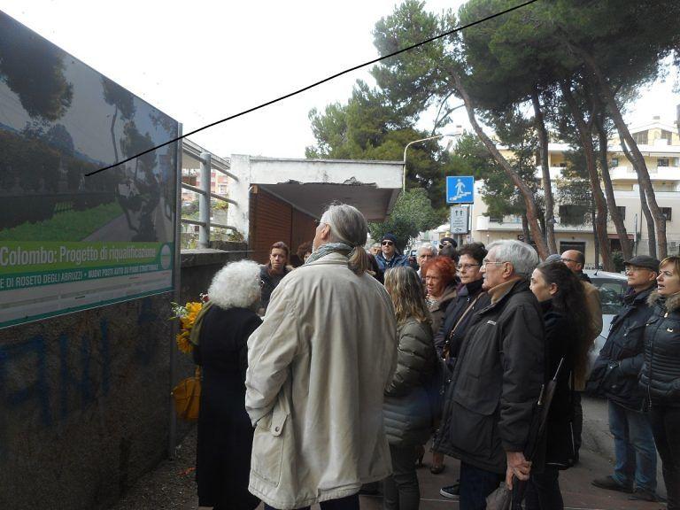 Roseto, Ciancaione e la sua coalizione al sit in dell'associazione 'Salviamo via Colombo'