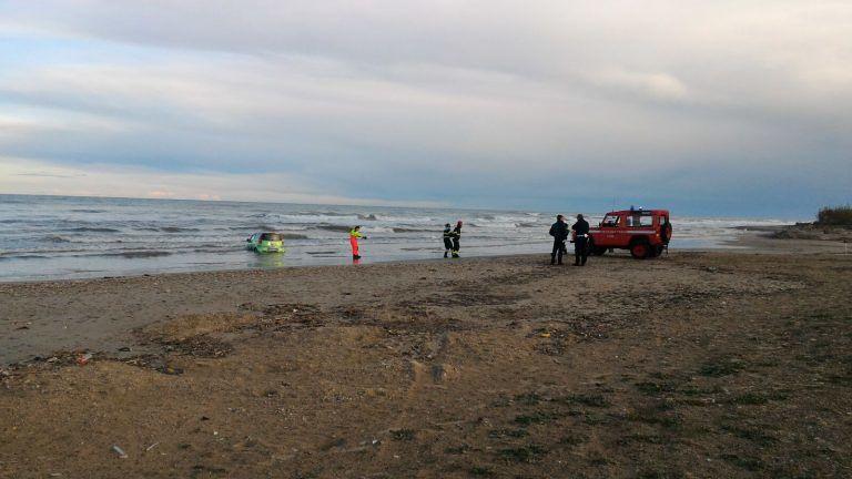 Giulianova, donna si 'lancia' in mare con l'auto FOTO