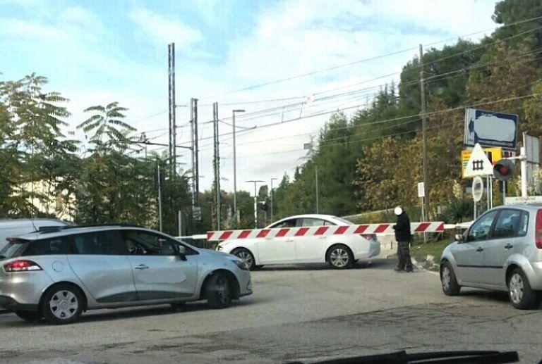 Teramo, ennesima auto bloccata nel passaggio a livello di Cartecchio FOTO