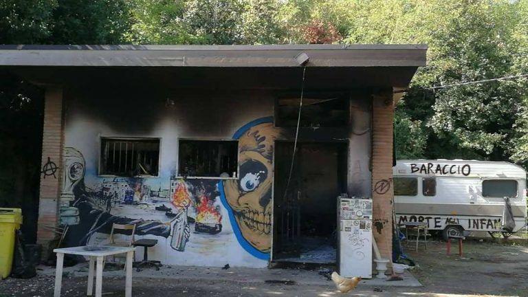 Giulianova, incendio al Campetto occupato FOTO