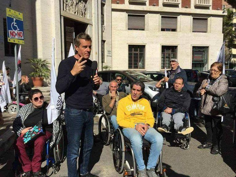Striscia la Notizia al Comune di Pescara per i parcheggi dei disabili VIDEO