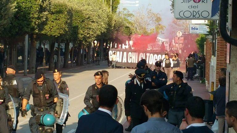 Giulianova, corteo degli anarchici per il Campetto Occupato: 'non brucerete mai le nostre idee' FOTO/VIDEO