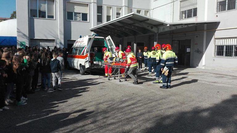 Mosciano, terremoto e principio di incendio alla scuola media: ma è un'esercitazione FOTO