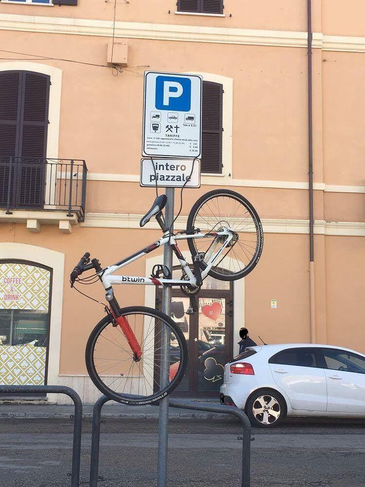 Giulianova, il parcheggio 'sospeso' della bici FOTO
