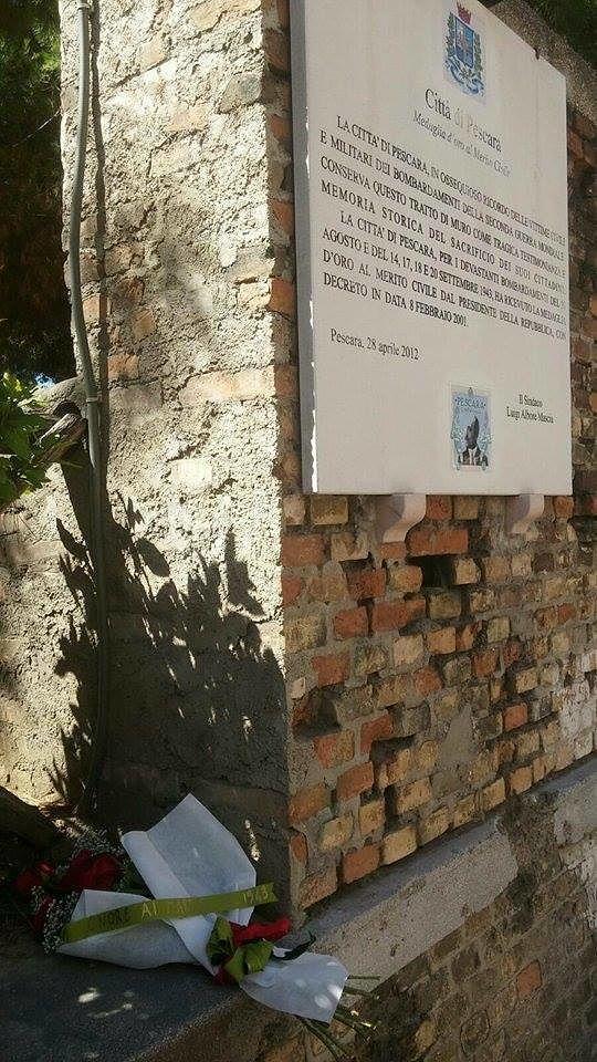 Pescara, fiori sul muro che ricorda i morti di 74 anni fa