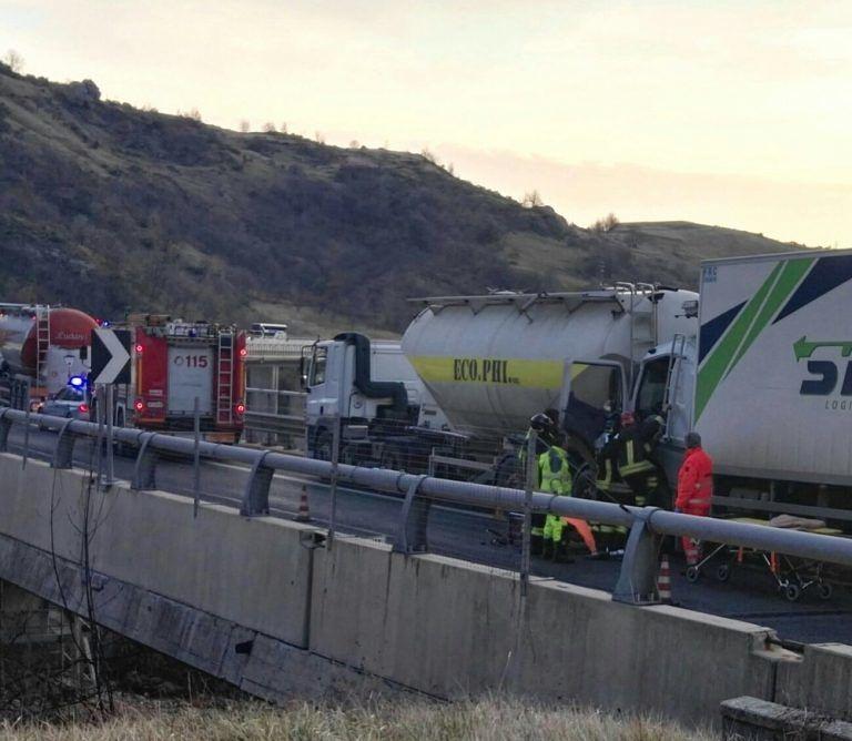 Tamponamento all'uscita del traforo, camionista incastrato nelle lamiere FOTO VIDEO