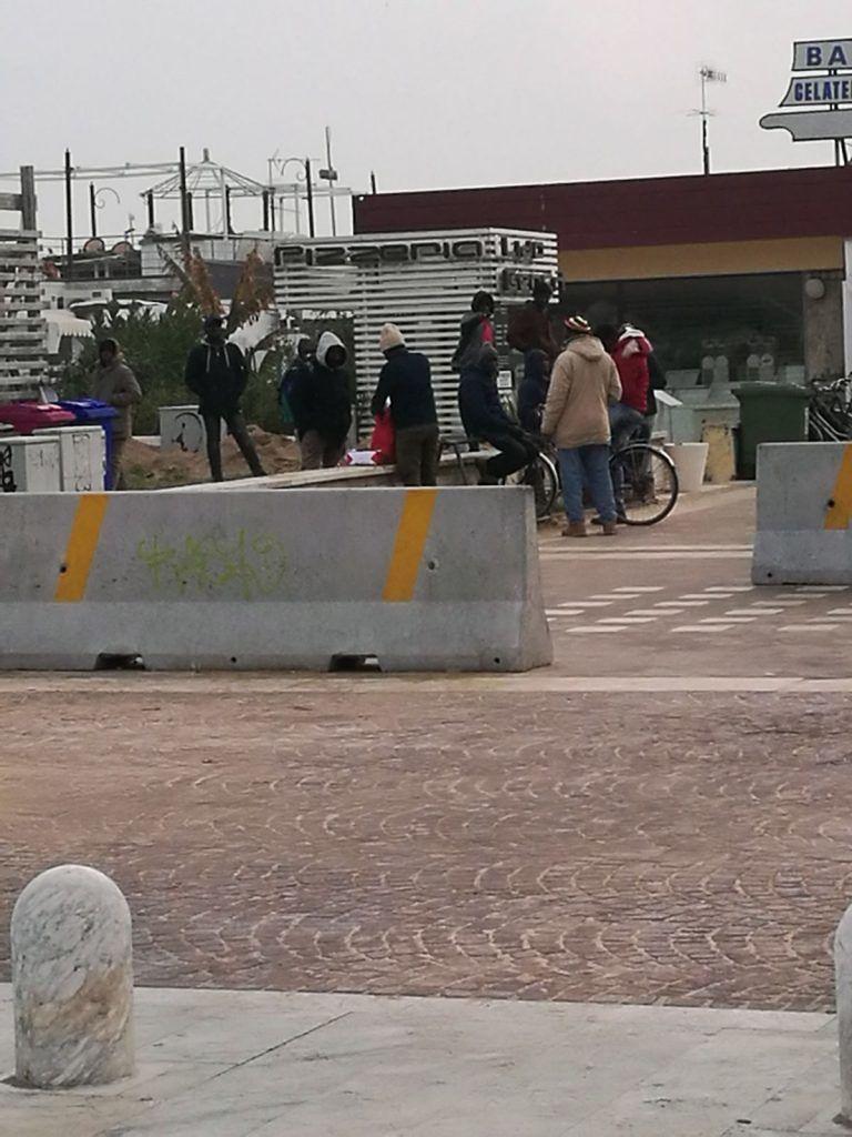 """Pescara, Forconi (FdI) sulla riviera contro la casbah: """"Bloccati 50 ambulanti"""" VIDEO-FOTO"""