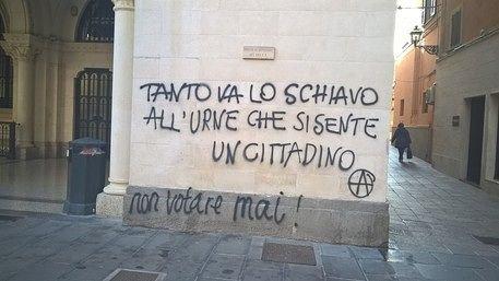 Chieti, scritte sul muro della chiesa San Domenico