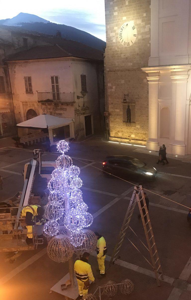 Campli, al via l'allestimento in piazza dell'albero di Natale