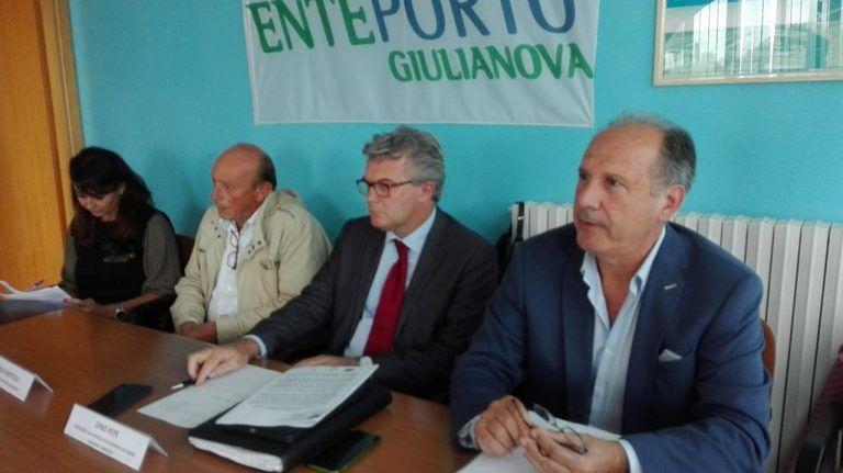 """Giulianova, presentato il Flag Costa Blu. Bertoni: """"Pesca e turismo facciano sinergia"""" (FOTO)"""