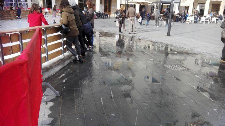 Pescara, piazza Salotto allagata dalla pista di ghiaccio