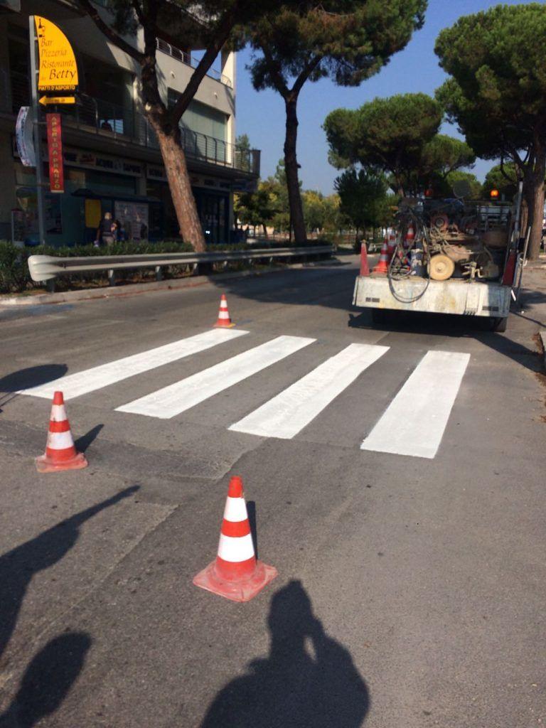 Roseto, al via il rifacimento delle strisce pedonali sulla Nazionale Adriatica FOTO