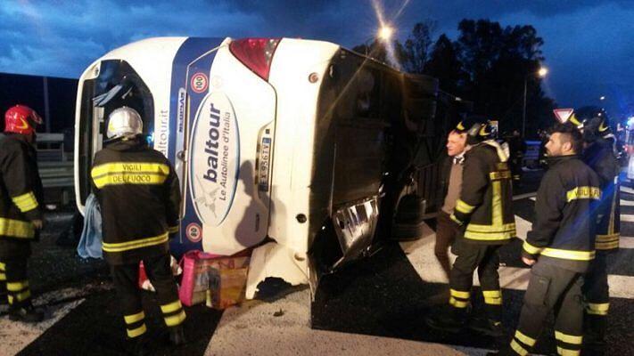 Autobus della Baltour si ribalta: passeggeri feriti FOTO
