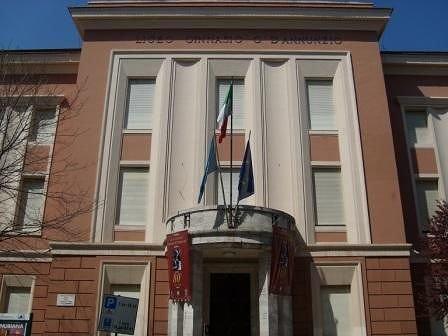 Pescara, la denuncia dei giovani comunisti: propaganda fascista davanti al liceo Classico