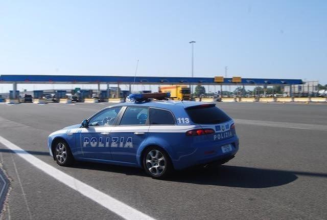 L'Aquila, in autostrada con auto rubata e arnesi da scasso