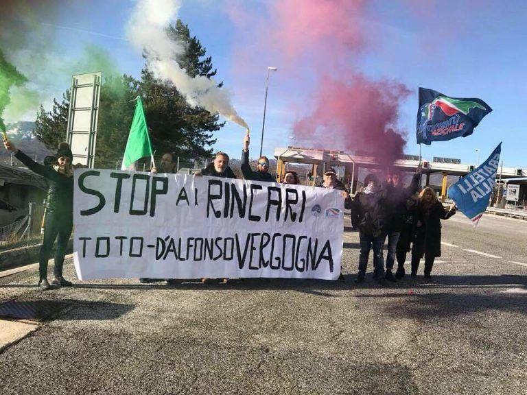 Strada dei Parchi: flash mob di Fratelli d'Italia contro gli aumenti