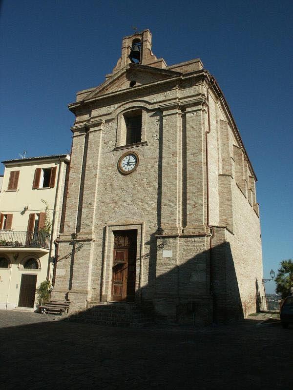 Sant'Omero, le insidie e le cadute nel centro storico: protestano i residenti