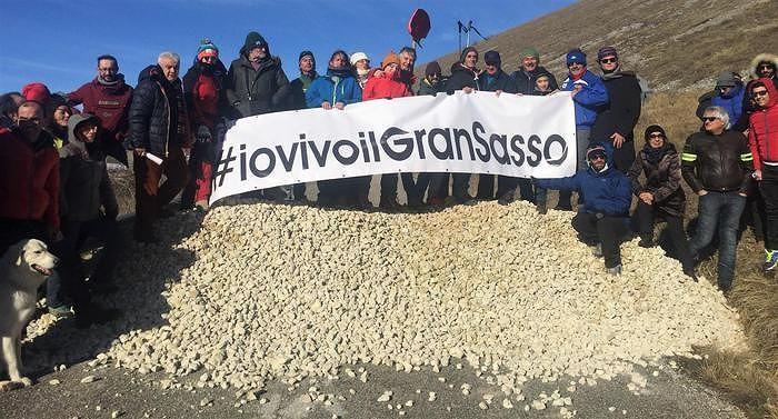 # Io vivo il Gran Sasso: in 150 per protestare contro la chiusura delle strade montane