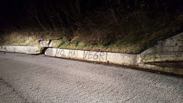 Isola del Gran Sasso, scritte razziste contro il centro migranti