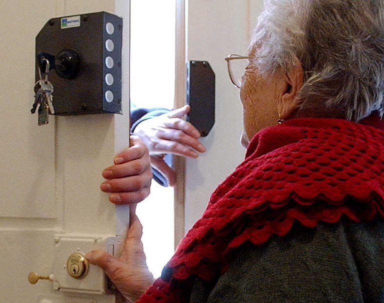 Pescara, si fa invitare a pranzo e ruba i gioielli a 2 anziani