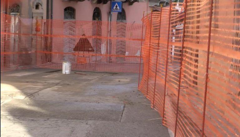 Giulianova, cede l'asfalto in via Bindi. Colpa di una vecchia rete fognaria