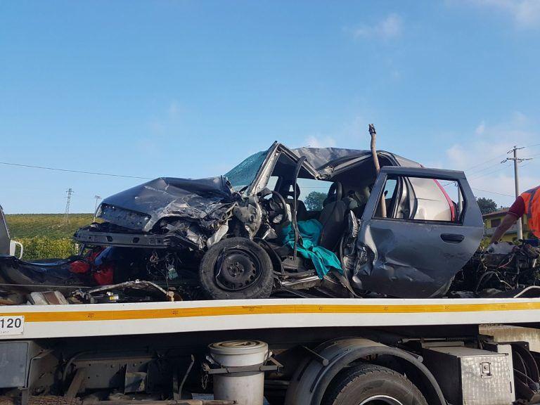 Roseto, schianto tra due auto: muore una donna FOTO
