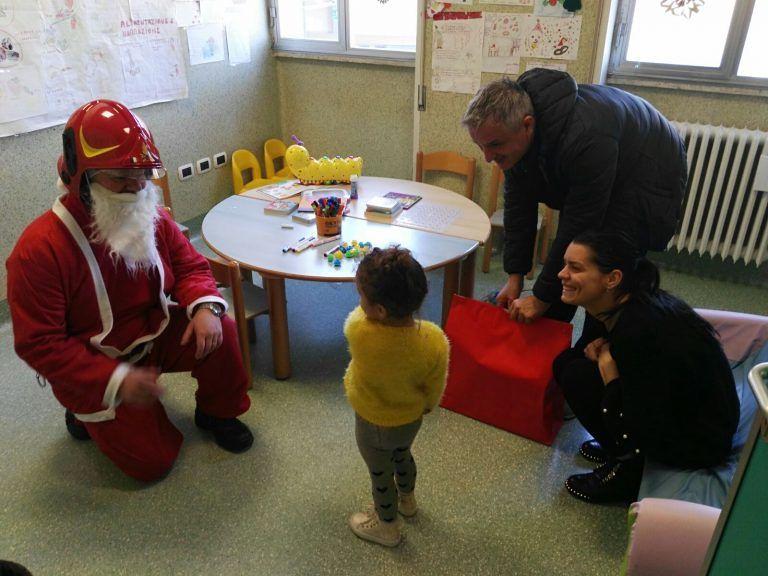 Teramo, il Babbo Natale dei pompieri visita i bambini del Mazzini FOTO