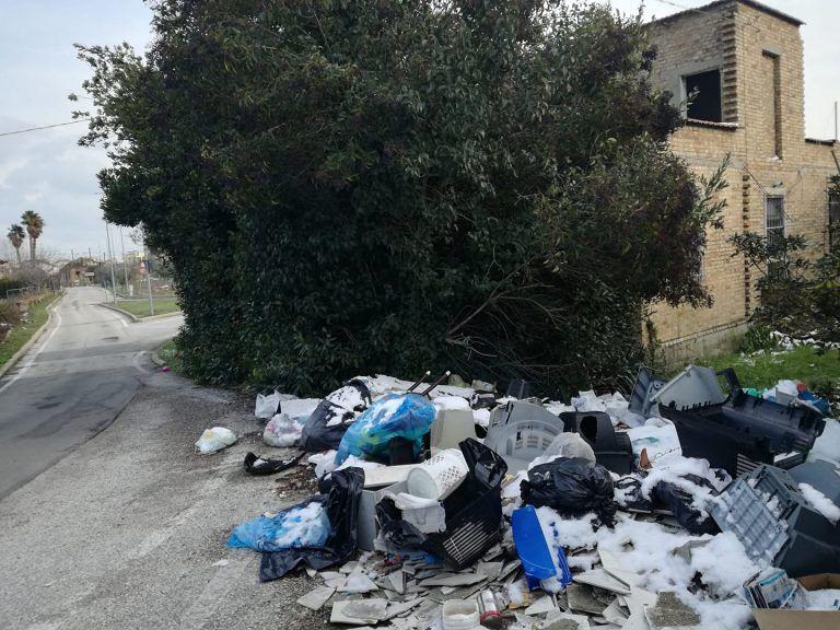 """Martinsicuro, via Bolzano: si """"ripopola"""" la discarica abusiva"""