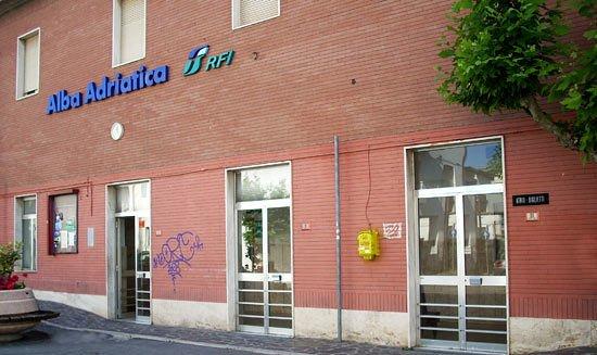 Alba Adriatica, spray urticante nell'autobus: parapiglia davanti alla stazione