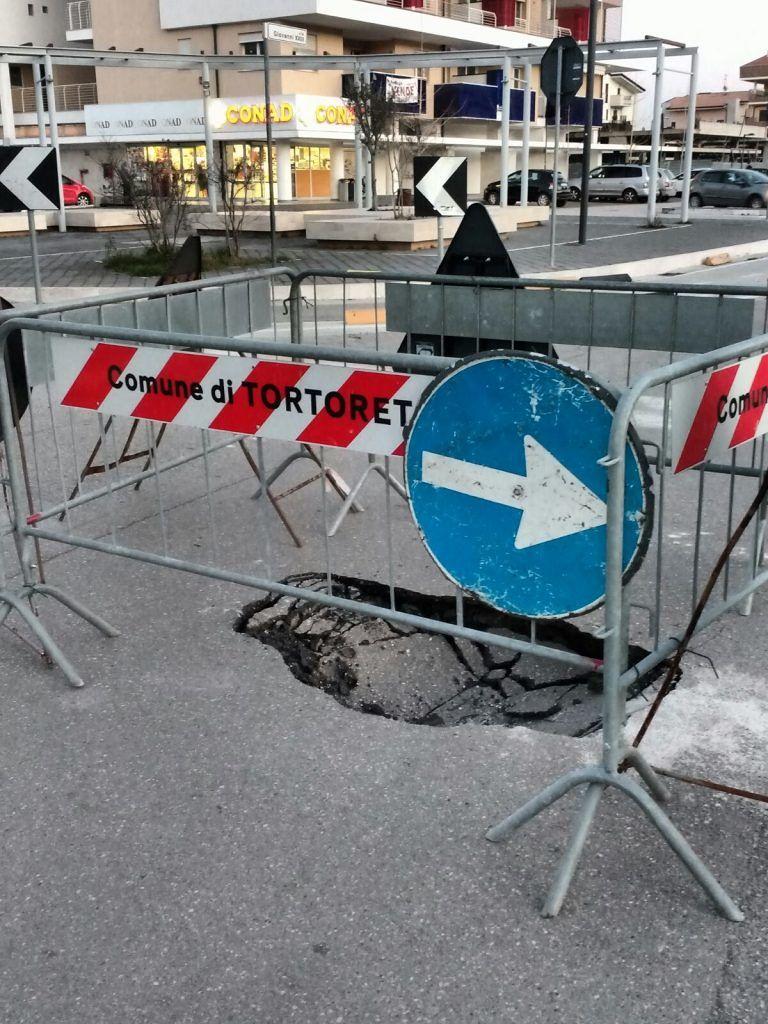 Tortoreto, buca nell'asfalto al centro della carreggiata FOTO