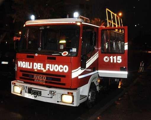 Sulmona, furgone in fiamme nella notte