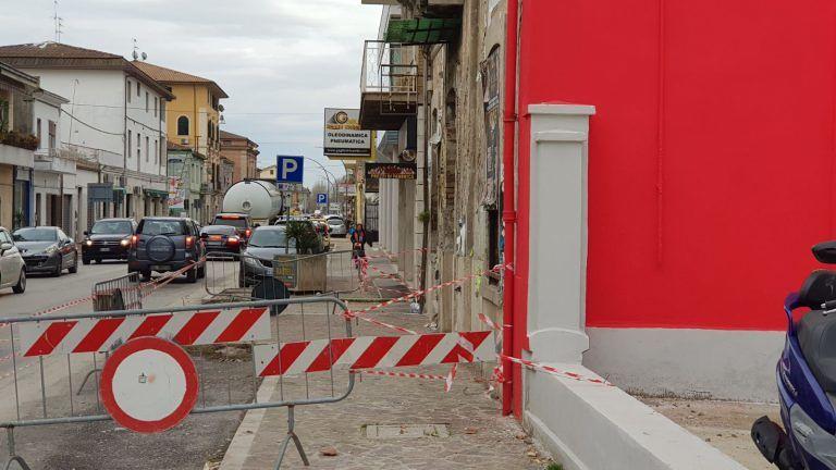 Giulianova, marciapiede transennato per caduta calcinacci da una palazzina FOTO