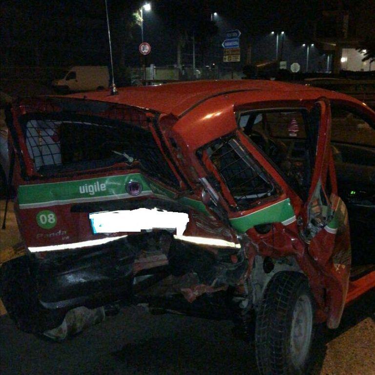 Martinsicuro, tampona a folle velocità l'auto ferma al semaforo FOTO