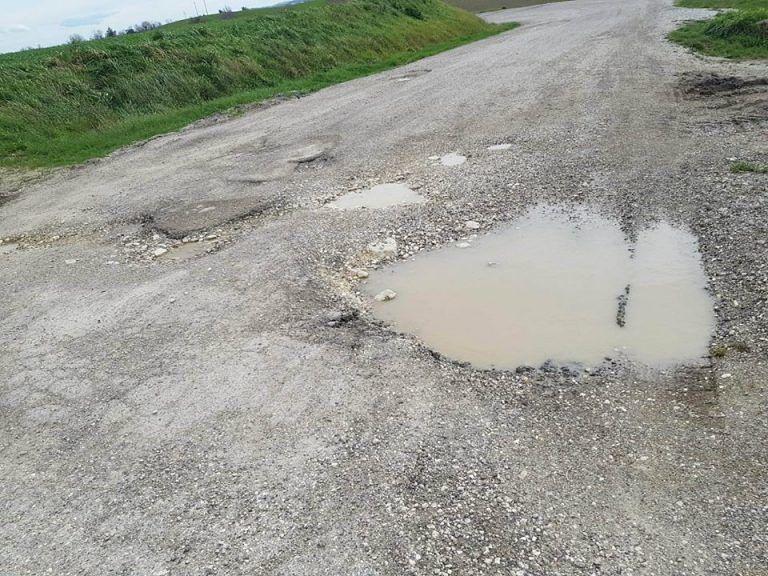 Bellante, M5S: 'via Chiareto Est abbandonata dalla Provincia: strada dissestata e niente servizi' FOTO