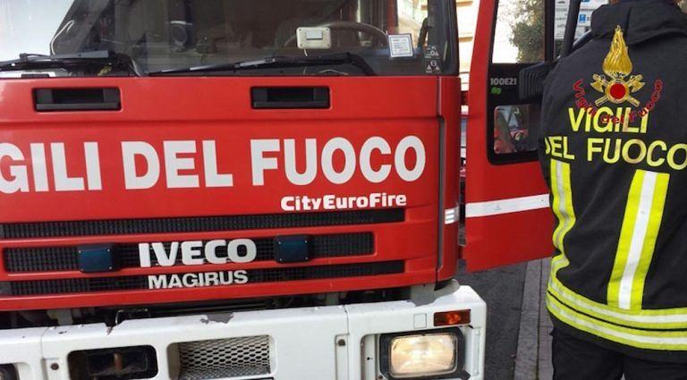 Pescara, si schianta con l'auto contro un muro e si ribalta
