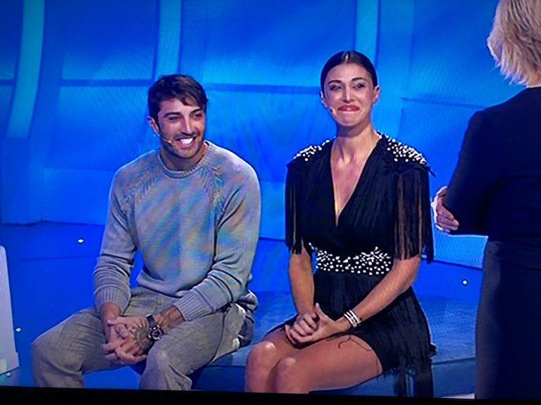 """Andrea Iannone mette le mani sul lato B di Belen a """"C'è posta per te"""""""