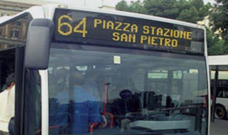 Palpeggia una donna sul bus, ma lei è una poliziotta: arrestato
