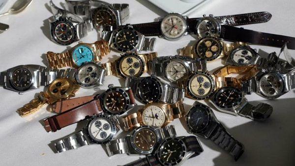 Pescara, rapinano la gioielleria travestiti da postino: presi 80 Rolex